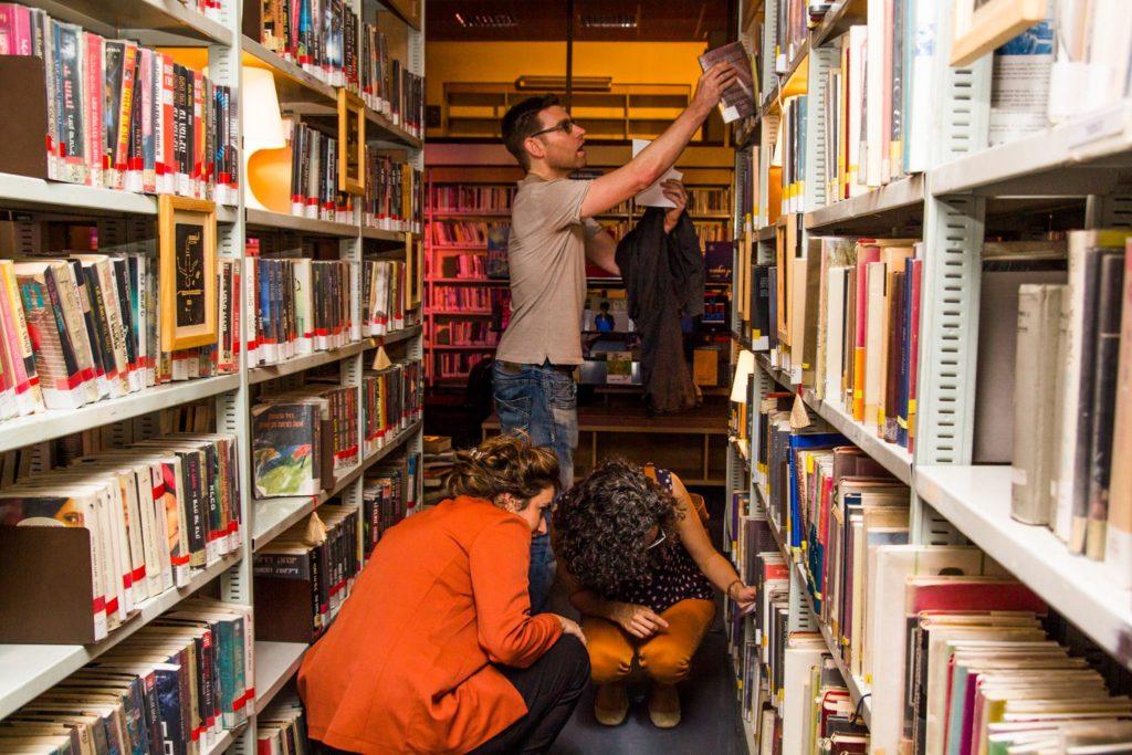 ספרייה בלילה מדפים