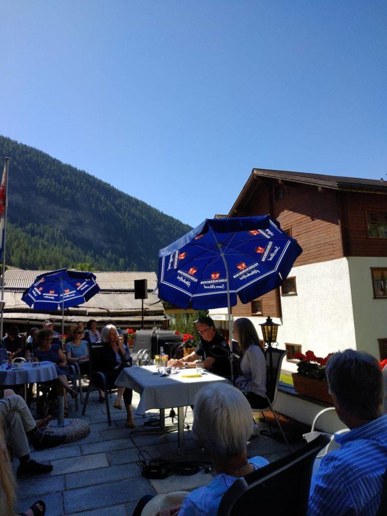 הסופרת נל זינק באירוע קריאה, וברקע: הרים